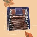Un sachet de 8 petites barres au chocolat au lait existant en 3 parfums différents: - caramel fleur de sel # - praliné crème de noisettes  - gianduja et épices.  • • • #jeanpaulhevin #maisonhévin #chocolat #praliné #cacao #barreschocolatées