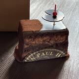 Le Marais, avec son biscuit amandes imbibé à l'orange et son cacao Grand Cru du Pérou. Le petit coup de boost idéal ! • • • #jeanpaulhevin #maisonhévin #gateauchocolat #cacao #perou #marais #paris