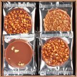 Des palets parsemés d'amandes, de pistaches, de noix de coco... pour accompagner les goûters d'été.  • • • #jeanpaulhevin #maisonhévin #paletschocolat #amandes #chocolataulait #été