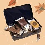 Une boîte à goûter contenant des gourmandises Jean-Paul Hévin. Parfait pour les petits et grands enfants... 😉 • • • #jeanpaulhevin #maisonhévin #gouter #gourmandise #chocolat #cacao